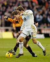 Photo: Leigh Quinnell.<br /> Wolverhampton Wanderers v Leeds United. Coca Cola Championship. 17/12/2005.  Woves' Darren Anderton can't find a way past Leeds' Eddie Lewis.