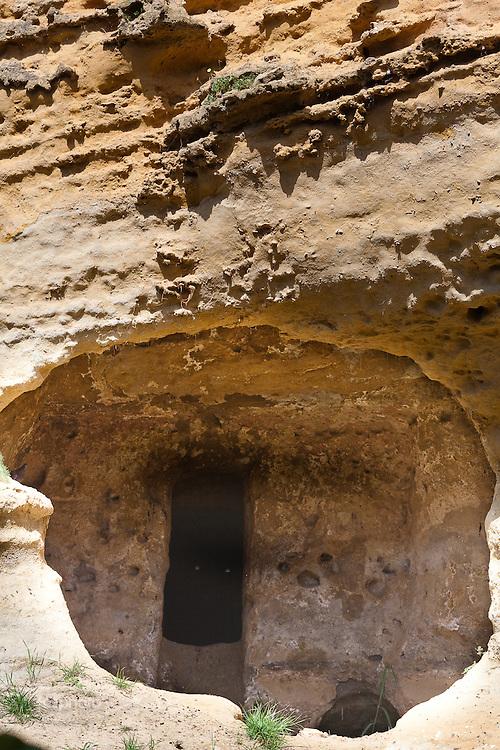 Agrigento, Valle dei Templi. Particolare della cavità che si apre sul costone che delimita il Giardino della Kolymbetra. Proprietà FAI.  ©2012 Vince Cammarata   FOS