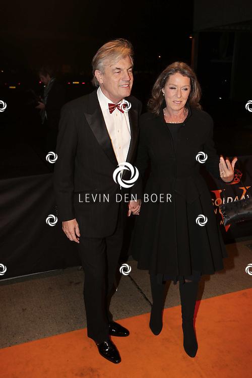 KATWIJK - Derek de Lint en zijn vrouw zaterdag op de oranje loper van de galapremiere van Soldaat van Oranje - de Musical in de Theater Hangaar op de oude vliegbasis Valkenburg bij Katwijk. FOTO LEVIN DEN BOER - PERSFOTO.NU