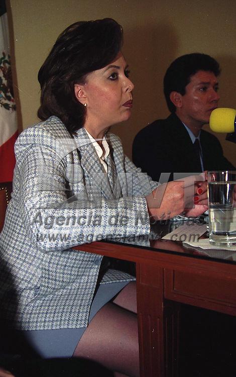Toluca, M&eacute;x.- .En conferencia de prensa, Evangelina  Lara Alcantara, Directora de Reclusorios en el Estado y Alfredo Mart&iacute;nez Gonz&aacute;lez, Subsecretario de Gobierno, dieron a conocer los proyectos de apoyo para vender el trabajo de los internos.  Agencia MVT / H. VAZQUEZ E. (FILM)<br /> <br /> NO ARCHIVAR - NO ARCHIVE