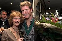 Westwoud: Huldiging Wil Besseling met zijn moeder Lia, op de Westfriese, na behalen wereldtitel in Zuid Afrika.