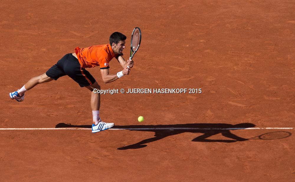 Novak Djokovic (SRB) mit Schatten, von oben,Herren Finale,Endspiel,<br /> <br /> Tennis - French Open 2015 - Grand Slam ITF / ATP / WTA -  Roland Garros - Paris -  - France  - 7 June 2015.