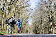 Bij Amerongen rijden fietsers over de Amerongseberg.<br /> <br /> Cyclists at the Amerongseberg.