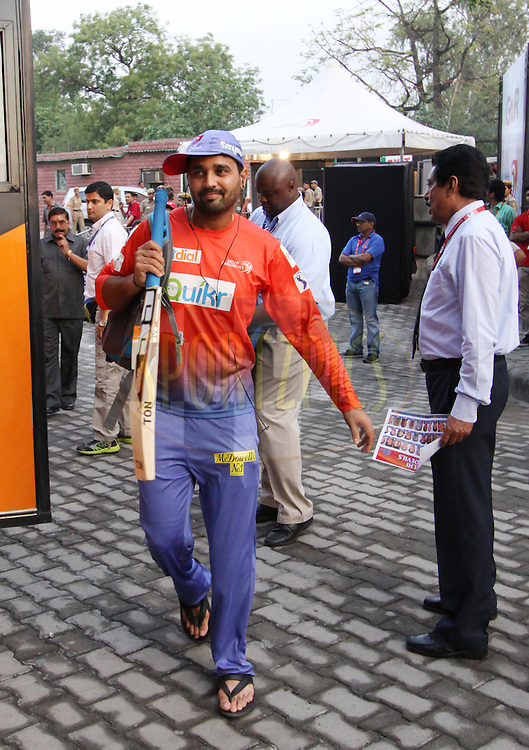Murali Vijay of the Delhi Daredevils arrive before  match 26 of the Pepsi Indian Premier League Season 2014 between the Delhi Daredevils and the Chennai Superkings held at the Ferozeshah Kotla cricket stadium, Delhi, India on the 5th May  2014<br /> <br /> Photo by Arjun Panwar / IPL / SPORTZPICS<br /> <br /> <br /> <br /> Image use subject to terms and conditions which can be found here:  http://sportzpics.photoshelter.com/gallery/Pepsi-IPL-Image-terms-and-conditions/G00004VW1IVJ.gB0/C0000TScjhBM6ikg