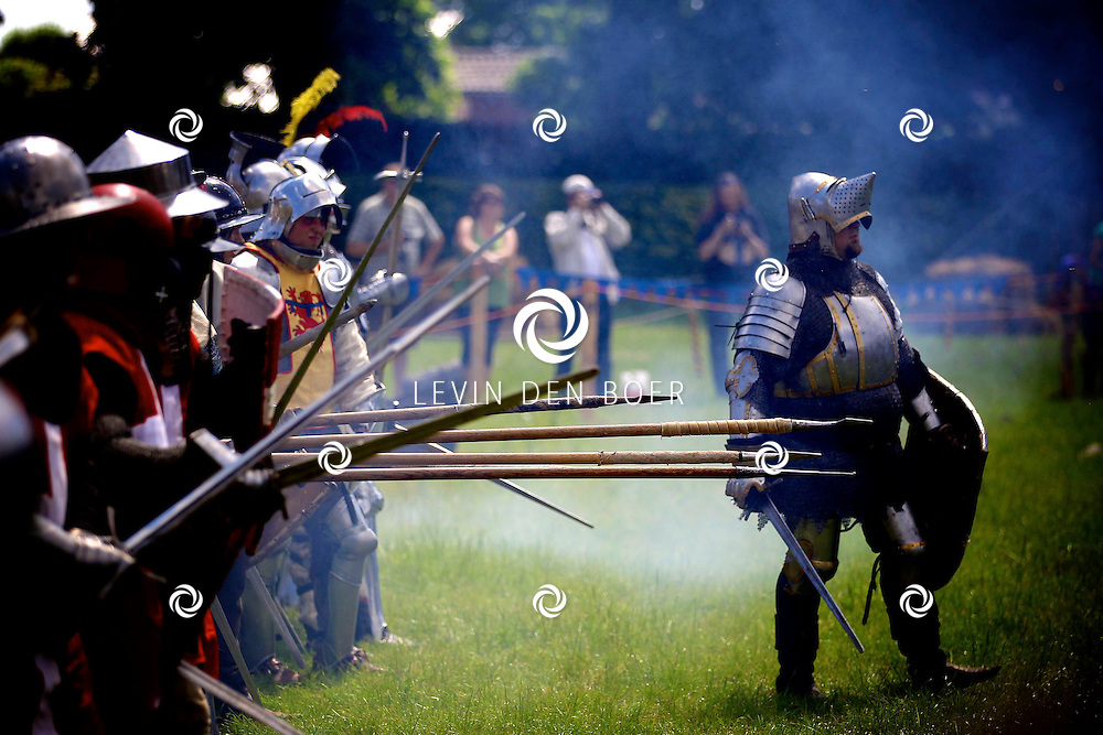 AMMERZODEN - Kasteel Ammersoyen is dit weekend Middeleeuws Belegerd. Een middeleeuws tentenkamp, ridders, boogschutters, piekeniers en kanonnen. FOTO LEVIN DEN BOER - PERSFOTO.NU