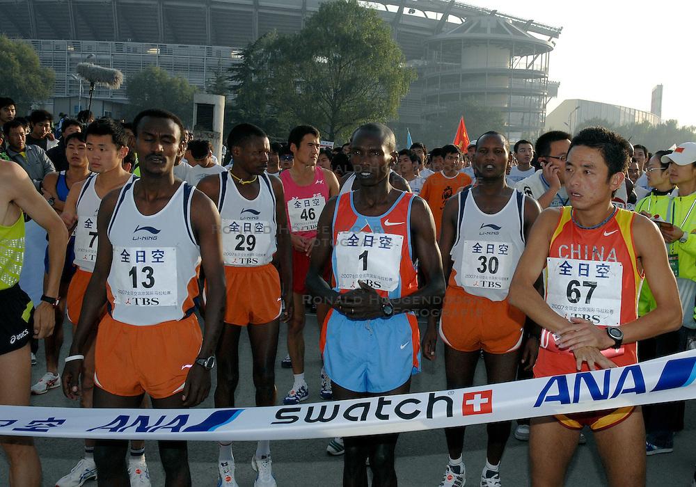 21-10-2007 ATLETIEK: ANA BEIJING MARATHON: BEIJING CHINA<br /> De Beijing Olympic Marathon Experience georganiseerd door NOC NSF en ATP is een groot succes geworden / De elite lopers met oa. David Kipkorir en Nephat Kinyanjui<br /> ©2007-WWW.FOTOHOOGENDOORN.NL