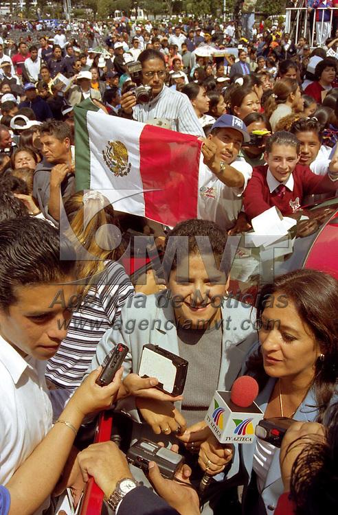 Toluca, Méx.- En un evento masivo en la plaza civica de esta ciudad les fueron etregados los vehículos a los medallistas olímpicos con residencia en el estado de México que fueron prometidos por el Gobernador Arturo Montiel, en la gráfica Soraya Jimenez ganadora de oro en alterofilia. Agencia MVT / Guillermo Romero Zarazúa.