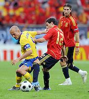 FUSSBALL EUROPAMEISTERSCHAFT 2008  Schweden - Spanien    14.06.2008 Fredrik Ljungberg (SWE, links) gegen Santi Cazorla (ESP). Im Hintergrund schaut Sergio Ramos (ESP) zu.