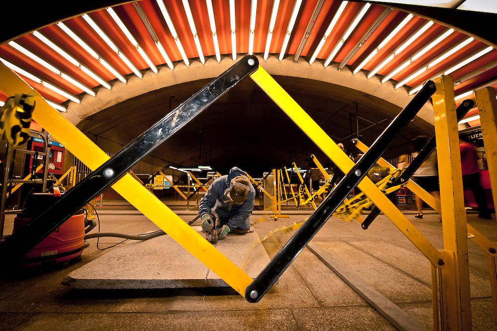 Le maçon  André Bérubé coupe les dalles à l'entrée de la station Langelier pour les nettoyer et les poncer puis les replacer..© Caroline Hayeur/Agence Stock Photo
