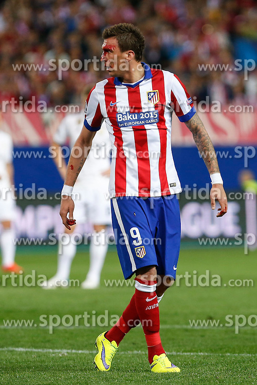 14.04.2015, Estadio Vicente Calderon, Madrid, ESP, UEFA CL, Atletico Madrid vs Real Madrid, Viertelfinale, Hinspiel, im Bild Atletico de Madrid's Mandzukic gets injured with his face covered in blood // during the UEFA Champions League quarter finals 1st Leg match between Club Atletico de Madrid and Real Madrid CF at the Estadio Vicente Calderon in Madrid, Spain on 2015/04/14. EXPA Pictures &copy; 2015, PhotoCredit: EXPA/ Alterphotos/ Victor Blanco<br /> <br /> *****ATTENTION - OUT of ESP, SUI*****