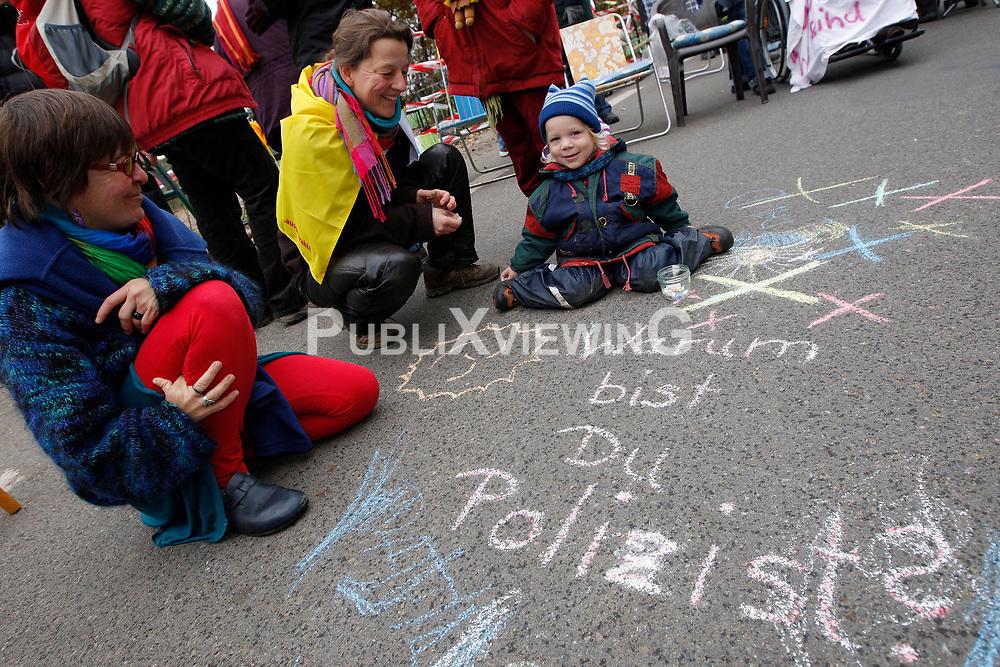Zur w&ouml;chentlichen Stuhlprobe  am 31. Oktober 2010 am Verladekran in Dannenberg kamen etwa 150 Atomkraftgegner. Sie sangen Lieder und tanzten zu den Rythmen der wendl&auml;ndischen Sambagruppe Xamba.<br />  <br /> <br /> Ort: Dannenberg<br /> Copyright: Andreas Conradt<br /> Quelle: PubliXviewinG