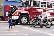 On the traffic lights of Lima, like the others metrópolis of South America,  there is a lot of movement.  Between the possible walk, a group of boys choose the somersault show.  This is the root of  Ángeles D1 school