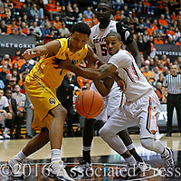 California's Ivan Rabb, left, and Oregon State's Gary Payton II go after a loose ball in the first half of an NCAA college basketball game, in Corvallis, Ore., on Saturday, Jan. 9, 2016. (AP Photo/Timothy J. Gonzalez)