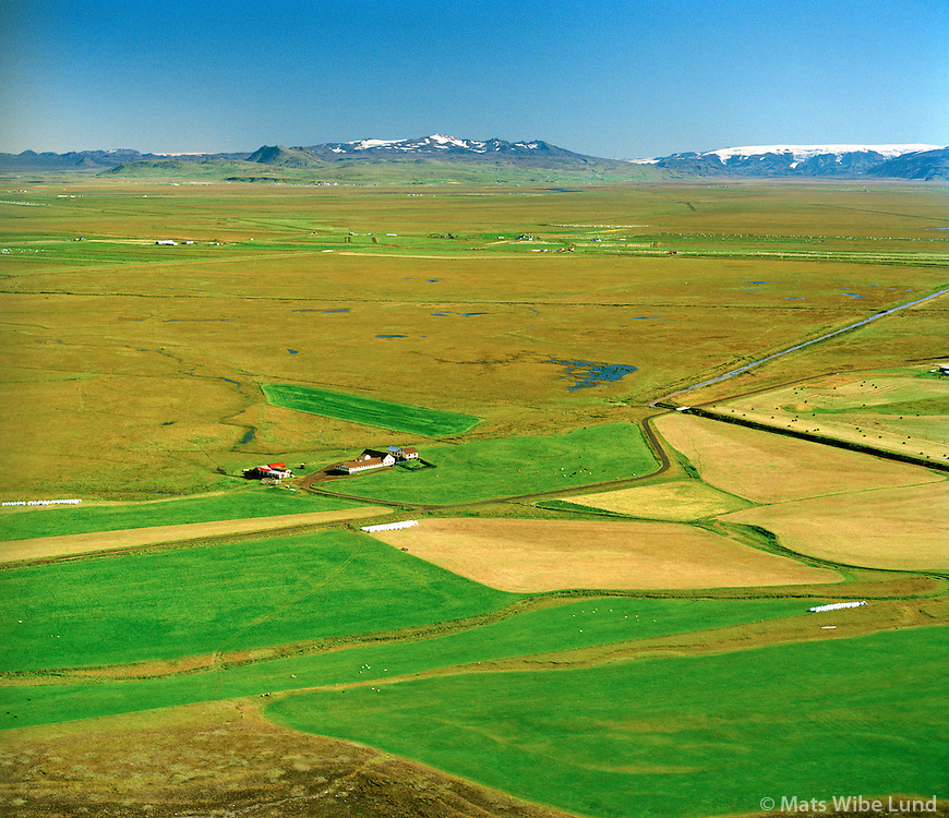 Eystri-Hóll séð til norðausturs, Rangárþing eystra áður Vestur-Landeyjahreppur, Tindfjöll og Mýrdalsjökull í baksýni. / Eystri-Holl viewing northeast, Rangarthing eystra former Vestur-Landeyjahreppur