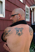 """Rescue Ink, Long Island, New York, taettowierte Motoradgang, Verein zur Rettung mishandelter Hunde und anderer Tierarten.Jonny """"O"""" mit Tatoo seines Hundes..Rescue Ink, the animal rescue group that brings an in your face approach to the fight against animal abuse and neglect. The goups members are heavily tattooed and ride motorbikes. Their pitbull 'Rebel', who lives at their headquarters, was rescued from a dog fighting operation, where he was used as bait. He was near death when two members of Rescue Ink flew to Virginia to save him..Foto © Stefan Falke."""