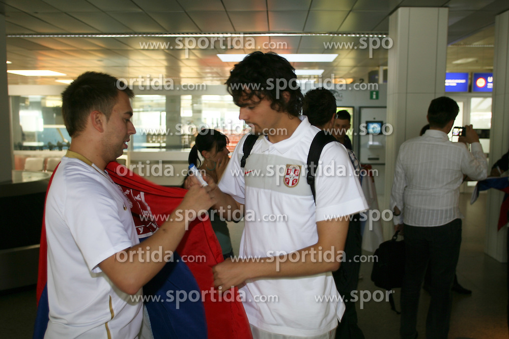 25.05.2010, Airport Salzburg, Salzburg, AUT, WM Vorbereitung, Serbien Ankunft im Bild Aleksandar Lukovic mit Fan, Nationalteam Serbien, EXPA Pictures © 2010, PhotoCredit EXPA R. Hackl / SPORTIDA PHOTO AGENCY