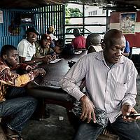 """23/07/2014. Conakry. Guinée Conakry.  Comme pour Issiagi, le jeûne pendant le Ramadan n'empêche pas les habitués  à se réunir tous les jours au café """"Le Pentagone"""". ©Sylvain Cherkaoui/Cosmos pour M le magazine du Monde"""