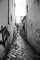 Viuzza stretta del centro storico di Racale (LE) in cui gli edifici fatiscenti sono stati puntellati per scongiurare crolli improvvisi.