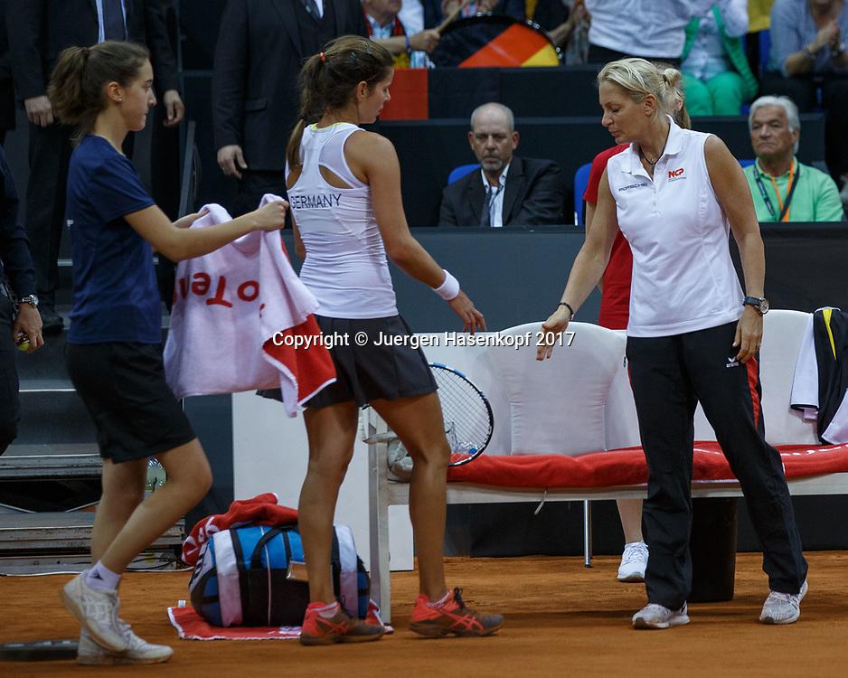 GER-UKR, Deutschland - Ukraine, <br /> Porsche Arena, Stuttgart, internationales ITF  Damen Tennis Turnier, Mannschafts Wettbewerb,<br /> JULIA GOERGES (GER) und Team Chefin Barbara Rittner