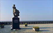 Nederland, Urk, 20-2-2015 Monument het vissersvrouwtje. er liggen bloemen bij ter nagedachtenis aan de onlangs omgekomen vissers van de kotter Z85 die in het kanaal onder de Engelse kust is vergaan. Gedenkplaats voor omgekomen zeelieden en vissers. Zicht op het ijsselmeer.View of the fishing village and former island. Memorial for missing or drowned fishermen. Foto: Flip Franssen/Hollandse Hoogte