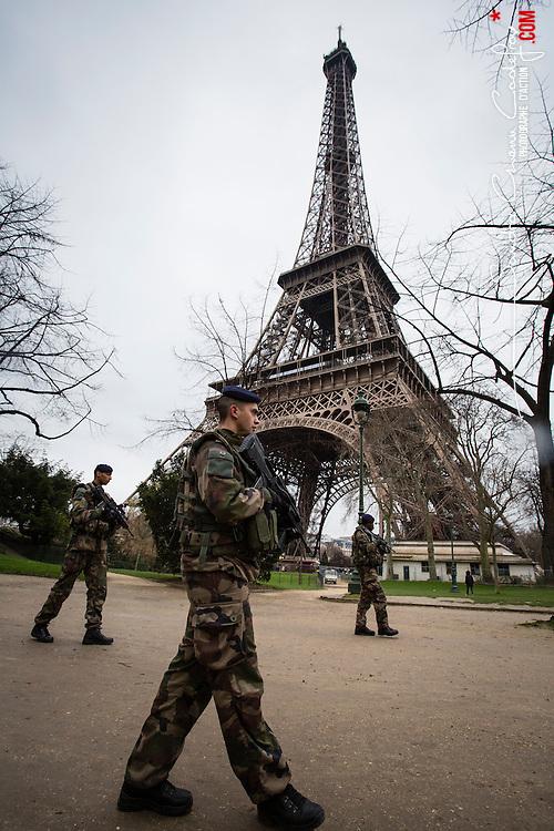 Patrouilles de militaires du 1er R&eacute;giment d'Infanterie de Sarrebourg dans le cadre de l'Op&eacute;ration Sentinelle pour faire face &agrave; la menace terroriste sur le territoire fran&ccedil;ais.<br /> F&eacute;vrier 2016 / Paris (75) / FRANCE<br /> Voir le reportage complet (48 photos) http://sandrachenugodefroy.photoshelter.com/gallery/2016-02-Patrouilles-Sentinelle-a-Paris/G0000VxttyTMVg.I/1/C0000yuz5WpdBLSQ