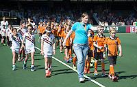 AMSTELVEEN -   Esther (KNHB) met mascottes.      Beslissende finalewedstrijd om het Nederlands kampioenschap hockey tussen de mannen van Amsterdam en Oranje Zwart (2-3). COPYRIGHT KOEN SUYK
