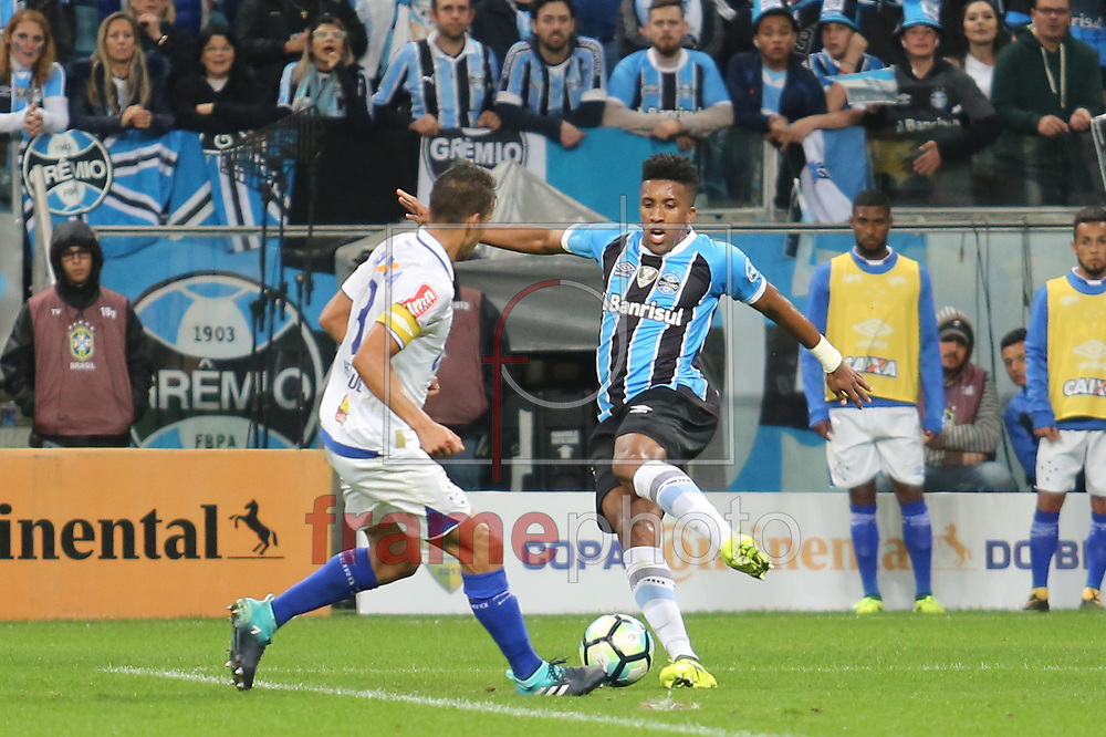 Cortez marcado por Léo durante o jogo disputado entre Grêmio e Cruzeiro, na Arena do Grêmio, em Porto Alegre, válido pela Copa do Brasil 2017. Foto: Richard Ducker/FramePhoto