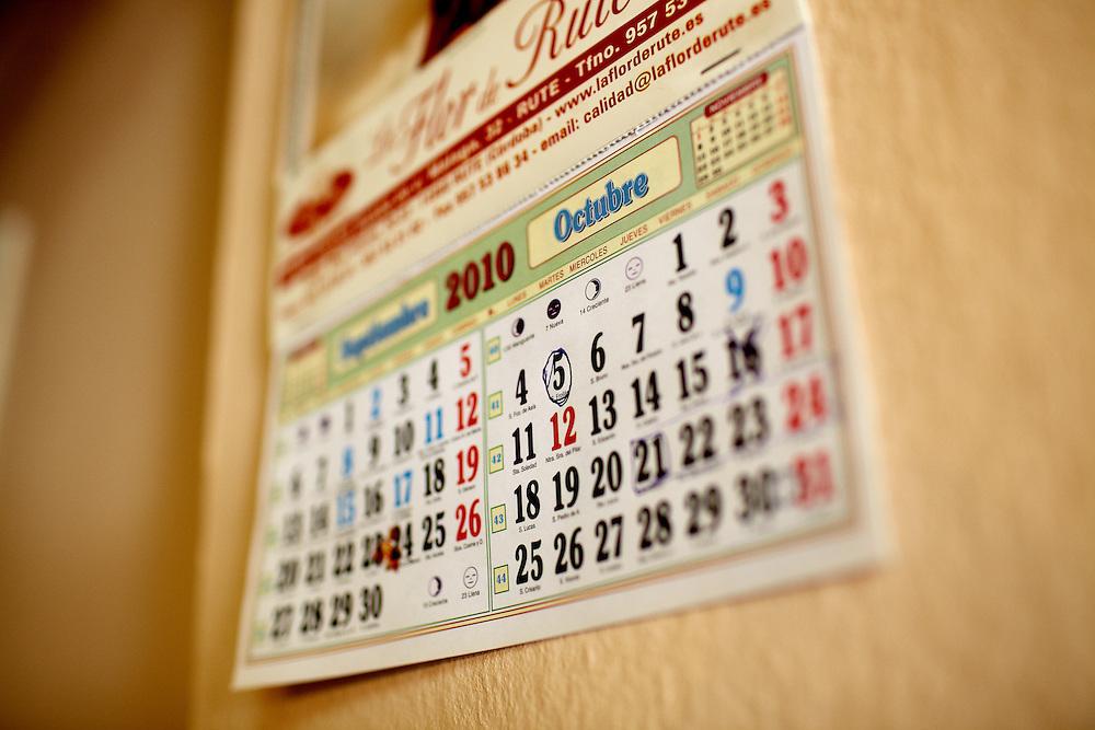8/10/10. ALCALÁ DEL VALLE (CADIZ). El calendario de un bar de Alcalá del Valle marca con un círculo el día de octubre en que llegan los temporeros de Francia. Ese día todo el pueblo vive con expectación el regreso del millar de persones que desde abril ha estado fuera..FOTOGRAFIA: TONI VILCHES.