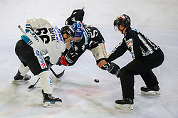 21.02.2018, Tiroler Wasserkraft Arena, Innsbruck, AUT, EBEL, HC TWK Innsbruck die Haie vs EHC Liwest Black Wings Linz, 5. Platzierungsrunde, im Bild v.l.: Stefan Gaffal (EHC Liwest Black Wings Linz) und Andrew Clark (HC TWK Innsbruck  die Haie)// during the Erste Bank Erste Bank Icehockey 5th placement round match between HC TWK Innsbruck  die Haie and EHC Liwest Black Wings Linz at the Tiroler Wasserkraft Arena in Innsbruck, Austria on 2018/02/21. EXPA Pictures © 2018, PhotoCredit: EXPA/ Jakob Gruber