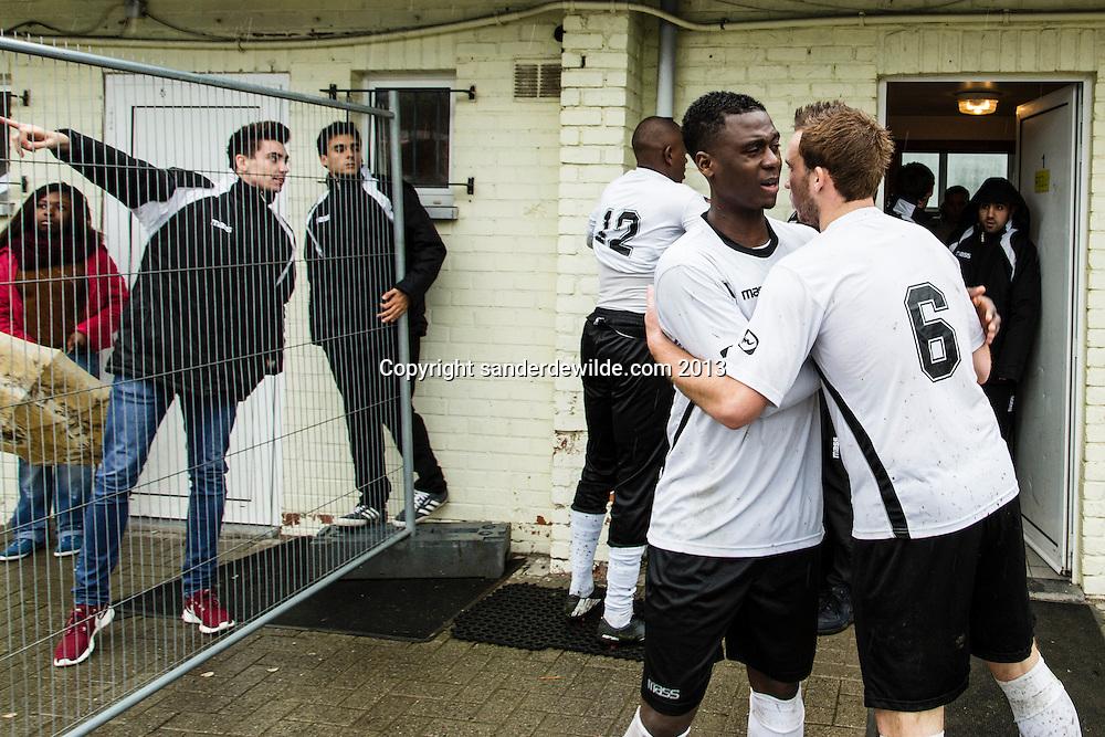 13 oktober 2013 BRUSSEL I BX Brussels, het sociaal project/voetbalclub van Vincent Kompany speelt deze A-ploeg vierde klasser een wedstrijd tegen Sterrebeek in stadion Jette.Elkaar geluk toewensen voor de 2e helft