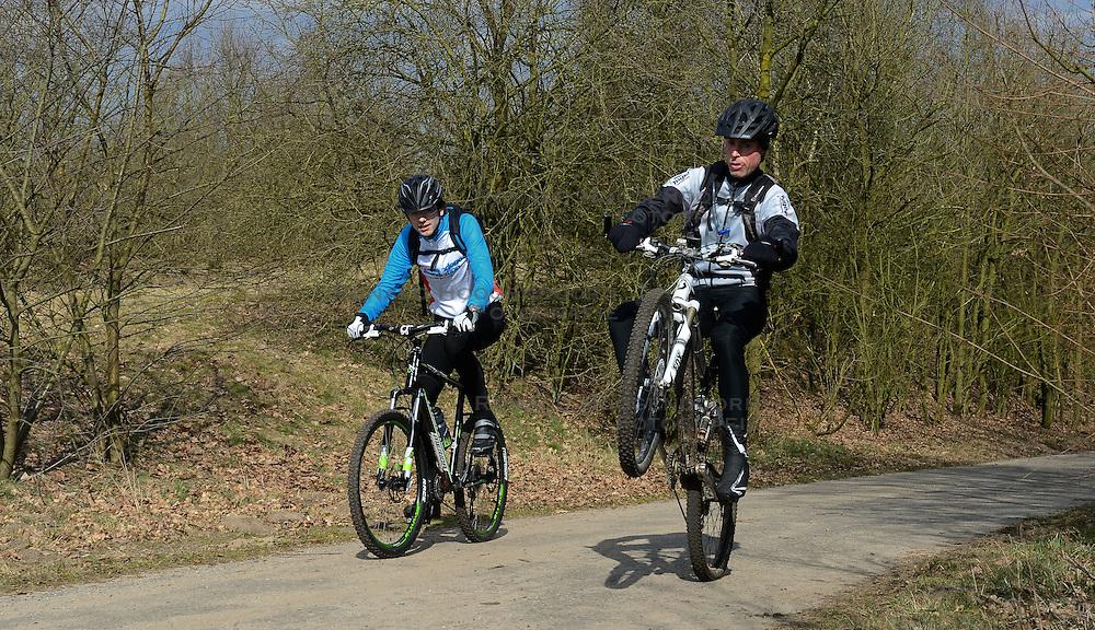 01-04-2013 ALGEMEEN: WE BIKE 2 CHANGE DIABETES: ARNHEM<br /> In de bossen bij Papendal werd de tweede meeting van de BvdGf gehouden met een fotosessie en een stukje biken / Henk, Erik<br /> &copy;2013-FotoHoogendoorn.nl