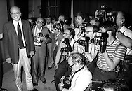 """Roma  Teatro Piccolo Eliseo.Trasmissone   Televisiva Condotta da  Pippo Baudo  e Enzo Tortora """"Italia Parla""""   1983.Bettino Craxi segretario Segretario del Partito Socialista italiano attorniato dai fotoreporter"""