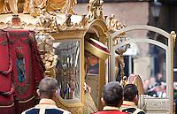 Nederland. Den Haag, 18 september 2007.<br /> Prinsjesdag. Koningin Beatrix stapt uit de Gouden Koets , aankomst bij de Ridderzaal.<br /> Foto Martijn Beekman <br /> NIET VOOR TROUW, AD, TELEGRAAF, NRC EN HET PAROOL