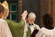 Aartsbisschop Joris Vercammen installeert Annemieke Duurkoop als pastoor. Op zondag 31 oktober is in de Getrudiskathedraal in Utrecht  Annemieke Duurkoop als eerste vrouwelijke plebaan van Nederland geïnstalleerd. Duurkoop wordt de nieuwe pastoor van de Utrechtse parochie van de Oud-Katholieke Kerk (OKK), deze kerk heeft geen band met het Vaticaan. Een plebaan is een pastoor van een kathedrale kerk, die eindverantwoordelijk is voor een parochie. Eerder waren bij de OKK al twee vrouwelijk priesters geïnstalleerd, maar die zijn geen plebaan.<br /> <br /> Archbishop Joris Vercammen is installing Annemieke Duurkoop as pastor. At the St Getrudiscathedral in Utrecht the first female dean of the Old-Catholic Church (OKK) is installed together with a new pastor Bernd Wallet. The church has no connections with the Vatican.