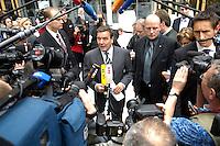 """13 APR 2005, BERLIN/GERMANY:<br /> Gerhard Schroeder, SPD, Bundeskanzler, gibt Journalisten ein Statement, Konferenz """"Familie - ein Erfolgsfaktor fuer die Wirtschaft"""", Haus der Deutschen Wirtschaft<br /> IMAGE: 20050413-02-038<br /> KEYWORDS: Gerhard Schröder, Mikrofon, microphone, Kamera, Camera, Journalist"""