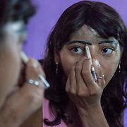 Rosinete davanti allo specchio si traccia la linea delle sopracciglia che ha perso durante l'incidente. Tra pochi mesi se le farà tatuare.