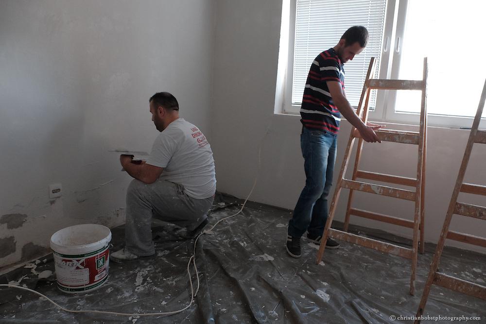 """Arlind Gashi, wohnt und arbeitet in Peja, hat Ausbildung bei """"Praktik"""" gemacht, das von Helvetas unterstützt wird. In diesem Bild zu Hause mit dem Ehemann seiner Schwester beim renovieren des Hauses seiner Mutter."""