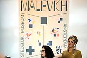 Koningin Maxima is aanwezig bij de opening van de tentoonstelling Kazimir Malevich en de Russische avant-garde in het Stedelijk Museum. De expositie is het sluitstuk van het Nederland-Rusland jaar. <br /> <br /> Queen Maxima attends the opening of the exhibition Kazimir Malevich and the Russian avant-garde in the Stedelijk Museum. The exhibition is the culmination of the Netherlands-Russia year.<br /> <br /> Op de foto / On the photo:  Koningin Maxima op de tentoonstelling / Queen Maxima at the exibition