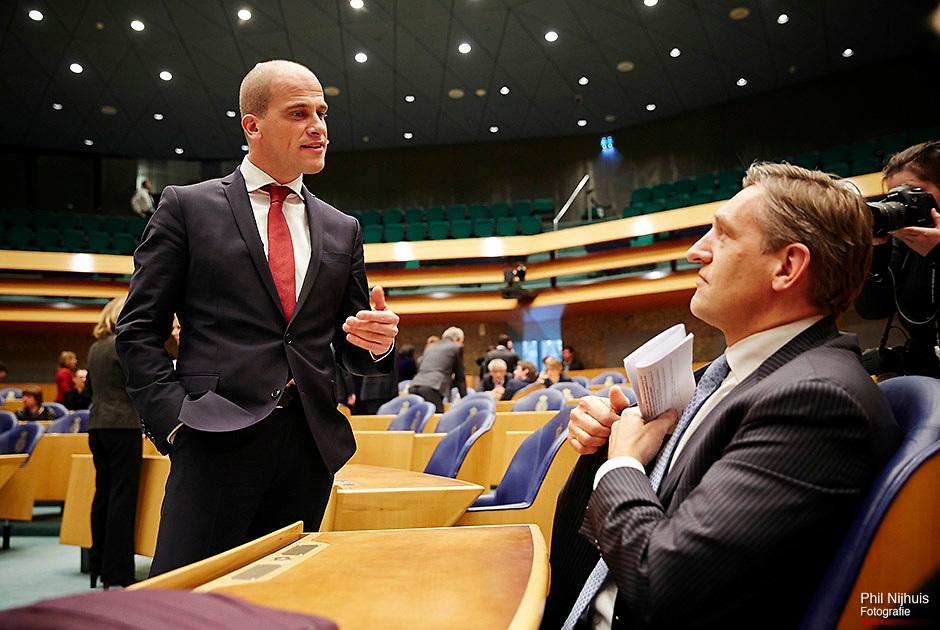 Den Haag, 18 februari 2014 - PvdA factievoorzitter Diederik Samsom en CDA fractievoorzitter Sybrand van Haersma Buma in discussie in de Tweede Kamer over het Lekken uit de Commissie Stiekem. Foto: Phil Nijhuis