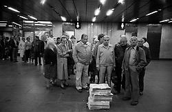 CESKOSLOVENSKO 80s - Ceskoslovenska socialisticka republika<br /> Lide cekaji ve fronte na denni tisk - Vecerni Prahu. I toto bylo nedostatkove zbozi. Fronty byly vsude a na vsechno.