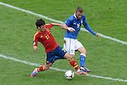 FUSSBALL  EUROPAMEISTERSCHAFT 2012   VORRUNDE Spanien - Italien            10.06.2012 David Silva (li, Spanien) gegen Daniele De Rossi (re, Italien)