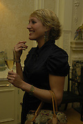 Isabella Sherlock. Art Review Dom Perignon Christmas dinner. Grosvenor Place. 14 December 2004. ONE TIME USE ONLY - DO NOT ARCHIVE  © Copyright Photograph by Dafydd Jones 66 Stockwell Park Rd. London SW9 0DA Tel 020 7733 0108 www.dafjones.com