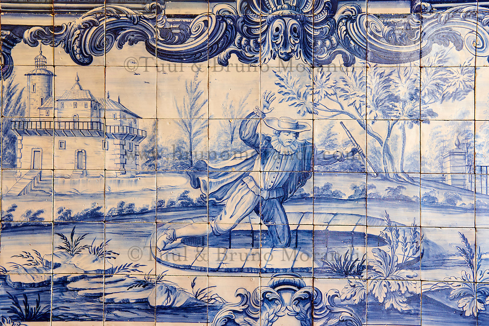 Portugal, Lisbonne, quartier de l'Alfama, monastère de Saint-Vincent de Fora ou Igreja de São Vicente de Fora, azulejos illustrant les Fables de La Fontaine, L'Astrologue qui se laisse Tomber dans un Puits // Portugal, Lisbon, Alfama, St Vincent de Fora monastery, Igreja de São Vicente de Fora, Historical azulejos, the blue-glazed ceramic tile, famous in the area, depict the fables of La Fontaine, The Astrologer who fell in a well
