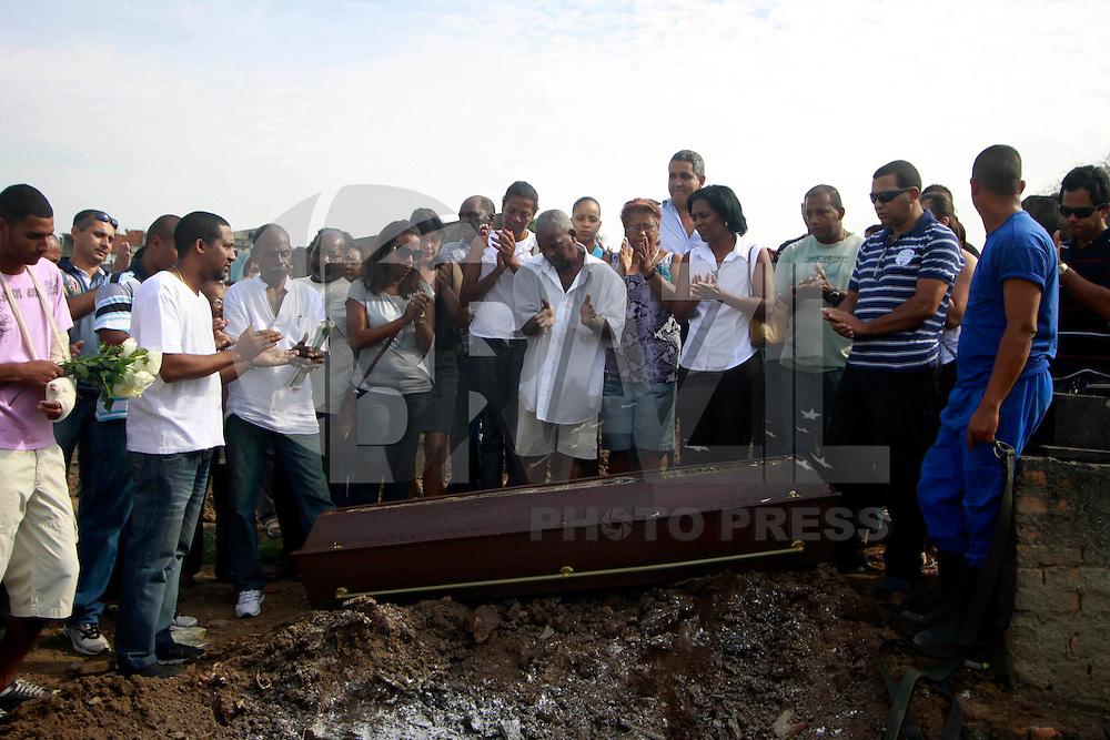 Rio de  Janeiro,23 de Julho de  2012 - No in&iacute;cio da  tarde dessa segunda-feira(23), o corpo de Wanderley Rodrgues da Concei&ccedil;&atilde;o,75 anos , &eacute; sepultado no Cemit&eacute;rio de Iraj&aacute;, Zona Norte do RJ. O idoso morreu no &uacute;ltimo domingo ( 22) em uma  tentativa de assalto a  uma  padaria em Vaz Lobo, quando tomava  caf&eacute;.Ele levou dois  tiros na  perna e morreu a caminho do hospital.Segundo familliares os criminosos seriam da  favela do Jacar&eacute;.<br /> Guto Maia Brazil Photo Press
