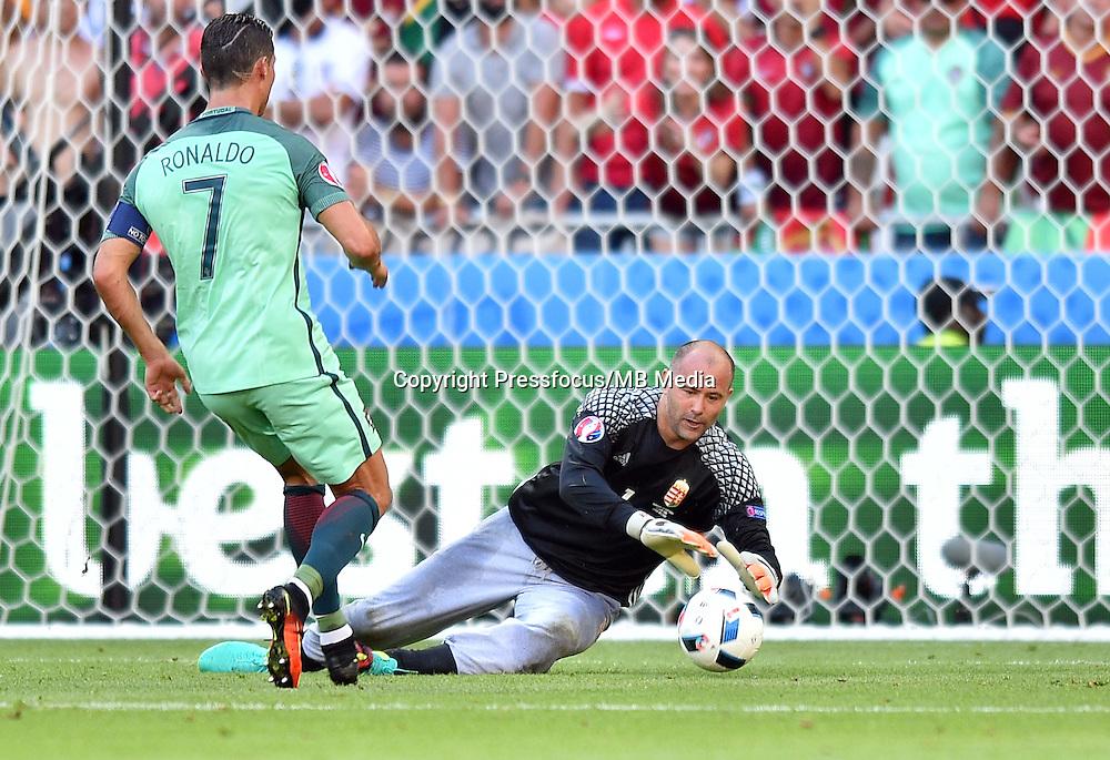 2016.06.22 Lyon<br /> Pilka nozna Euro 2016<br /> mecz grupy C Wegry - Portugalia<br /> N/z Cristiano Ronaldo Gabor Kiraly<br /> Foto Lukasz Laskowski / PressFocus<br /> <br /> 2016.06.22<br /> Football UEFA Euro 2016 group F game between Hungary and Portugal<br /> Cristiano Ronaldo Gabor Kiraly<br /> Credit: Lukasz Laskowski / PressFocus