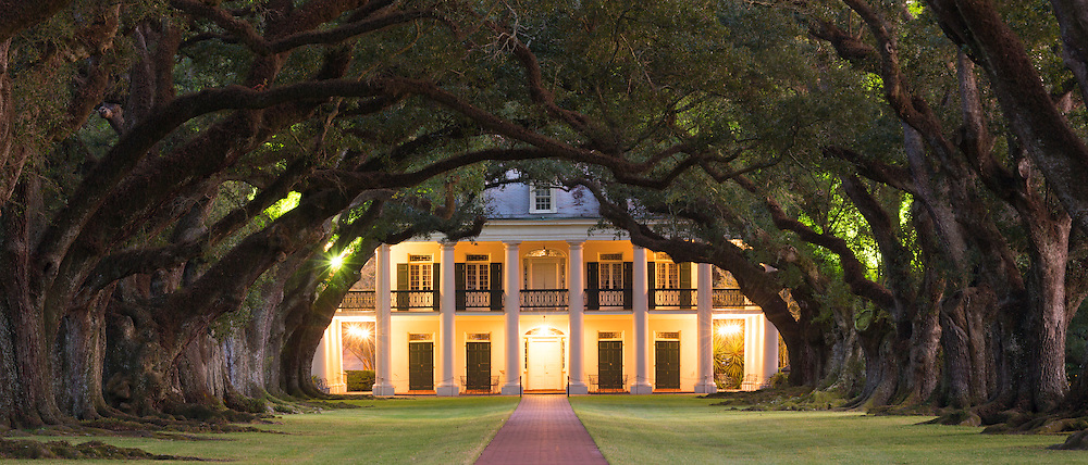 Oak Alley plantation antebellum mansion house and canopy of live oak trees alongside the Mississippi River at Vacherie, Louisiana, USA