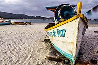 Barco sobre a areia na Praia da Armação ao anoitecer. Florianópolis, Santa Catarina, Brasil. / Boat on the sand at Armacao Beach at evening. Florianopolis, Santa Catarina, Brazil.