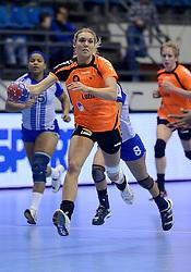 07-12-2013 HANDBAL: WERELD KAMPIOENSCHAP NEDERLAND - DOMINICAANSE REPUBLIEK: BELGRADO <br /> 21st Women s Handball World Championship Belgrade, Nederland wint met 44-21 / Sanne van Olphen<br /> ©2013-WWW.FOTOHOOGENDOORN.NL