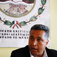 """Toluca, Mex.- Miguel Paloma, secretario de la Federación Nacional de Vigilantes y Guardias """"Emiliano Zapata"""", en conferencia de prensa, donde se explicó la iniciativa de ley de escalafón para los servidores públicos del subsistema de educativo estatal, que presentó el SUMAEM ante la Cámara de Diputados. Agencia MVT / Rummenige Velasco. (DIGITAL)<br /> <br /> <br /> <br /> NO ARCHIVAR - NO ARCHIVE"""