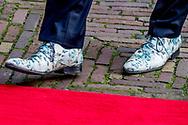 DEN HAAG - Minister Hugo de Jonge van Volksgezondheid, Welzijn en Sport (CDA) arriveert voor de eerste ministerraad van het nieuwe kabinet Rutte III in de Treveszaal op het Binnenhof.  De opvallende schoenen van vice premier Hugo de Jonge trekken de aandacht tijdens de bordesscene op Paleis Noordeinde. Dat de kersverse vicepremier Hugo de Jonge fan is van hun schoenen, wisten ze bij Mascolori in Rotterdam al. Maar dat hij niet één maar twee paar van het merk droeg op de dag van zijn beëdiging, wist zelfs oprichter Jochem Grund niet. Voor de bordesfoto koos De Jonge opvallende bloemenschoenen. ,,Ik had nooit gedacht dat een politicus nog eens ons boegbeeld zou worden.''  ROBIN UTRECHT